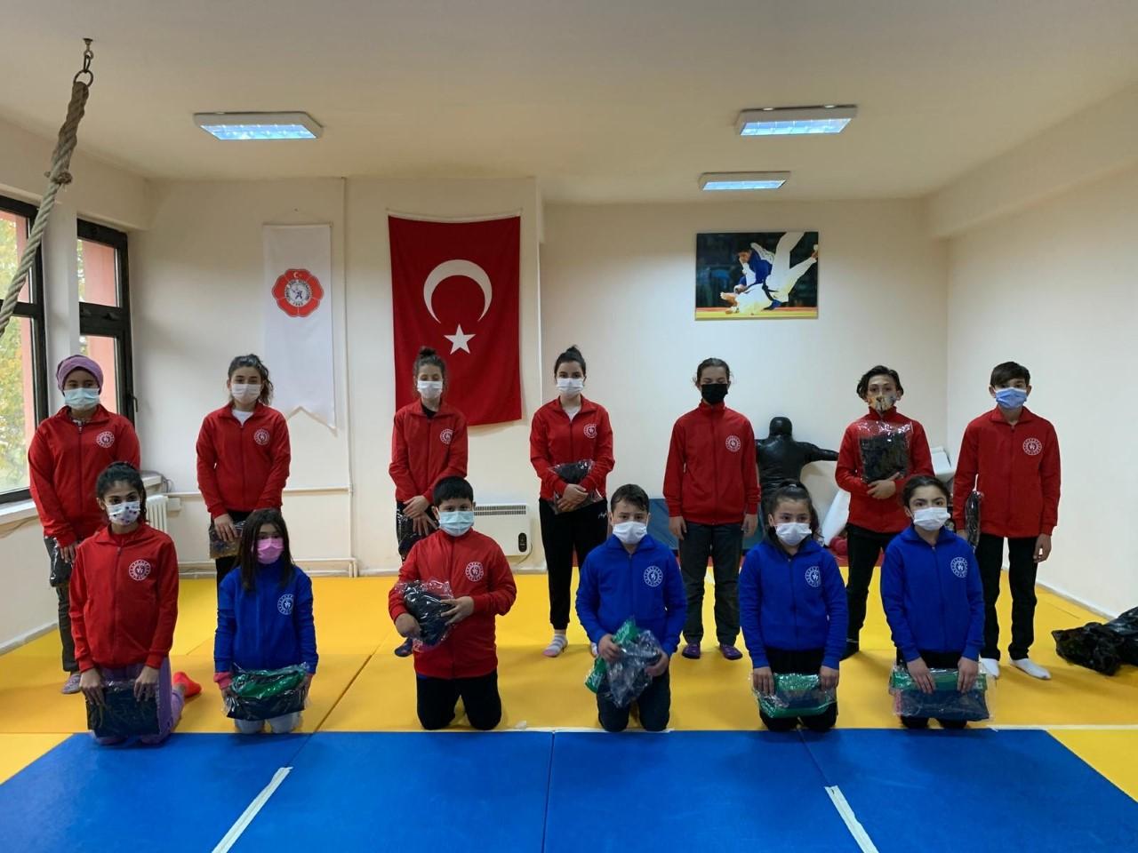 Fatsa'lı Gençlere Spor Malzemesi Desteği
